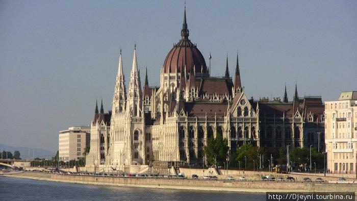 Здание венгерского (самое большое в Венгрии здание)  парламента....