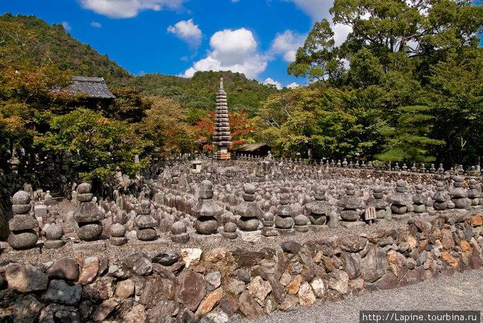 Камни в Адасино Нэнбуцу-дзи