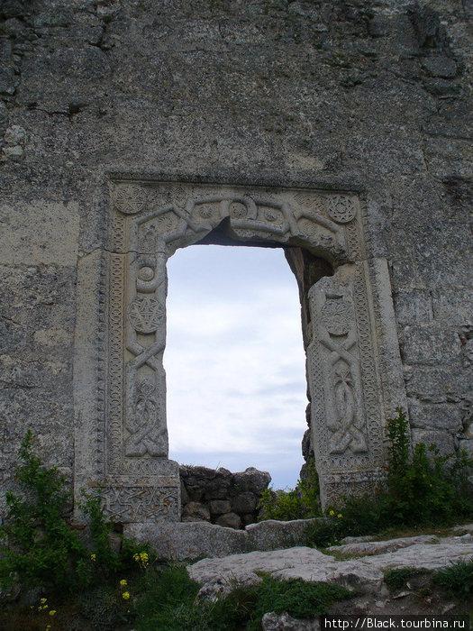 караимские мотивы на дверных проемах