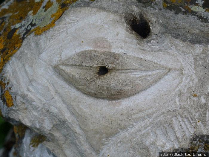 вырезанные в камне губешки олицетворяли любовь к ближнему