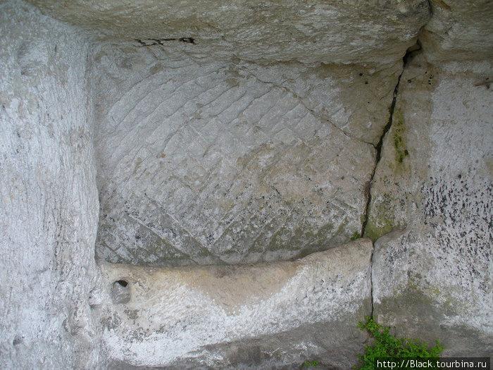 если присмотреться, можно увидеть лоток, там, где заканчивается иссеченная бороздками стена – длинный лоток – «писсуар»?