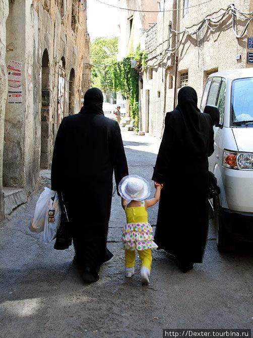 Двое ниндзя похищают сирийскую девушку