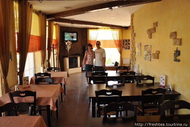 В летний зной большинство гостей выбирает террасу, хотя зал прохладный — работает кондиционер ... и Wi Fi (10 грн / час, ноутбук дают напрокат).