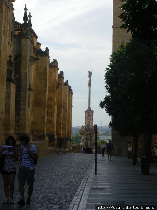 Кордова. Стены, за которыми скрывается кафедральный собор, он же синагога.