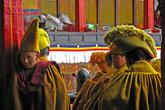 В тот день Панчен Лама приезжал в Шигадзе. По этому случаю все монахи одевали праздничные одежды.