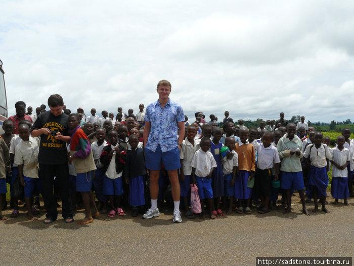 Вся школа сбежалась посмотреть на белых Mzungu