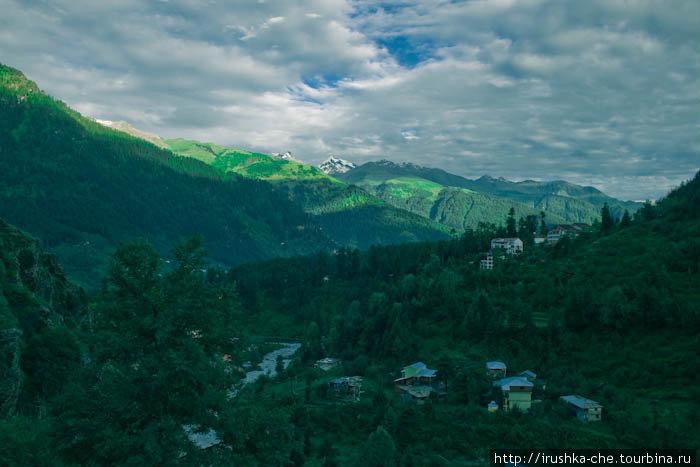 Вид на горную долину из окна нашего отеля