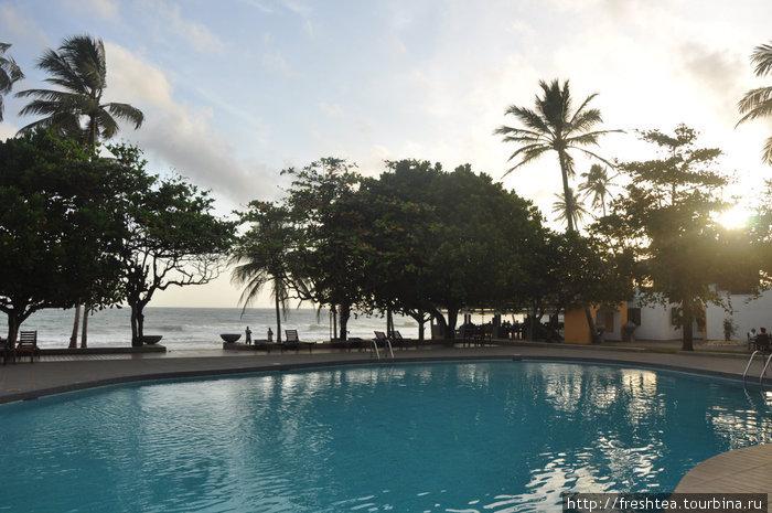 Ресторан отеля — за бассейном, прямо над водой. Редкий отель на других курортах западного побережья может подобным похвастаться!