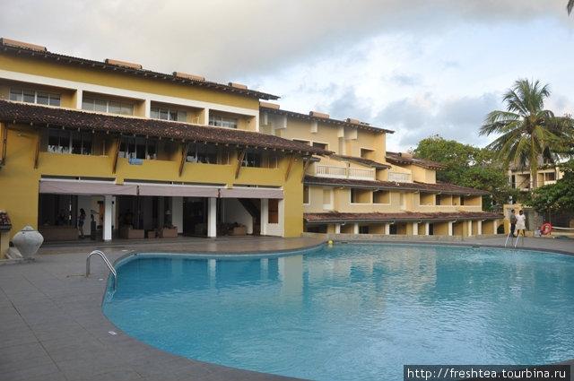 Почти всю территорию отеля, обращенную к морю, занимает бассейн.