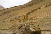 Развалины старинного поселения. Они были разрушены ещё несколько веков назад какими-то захватчиками, может быть даже и самими тибетцами