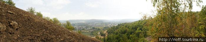 Слева обгоревший (за пожары лета-2010) участок горы.