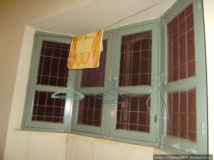 Окно в нашем номере, где иногда жила очень симпатичная ящерица (мне сразу вспомнился Карлос Кастанеда с его ящерками))