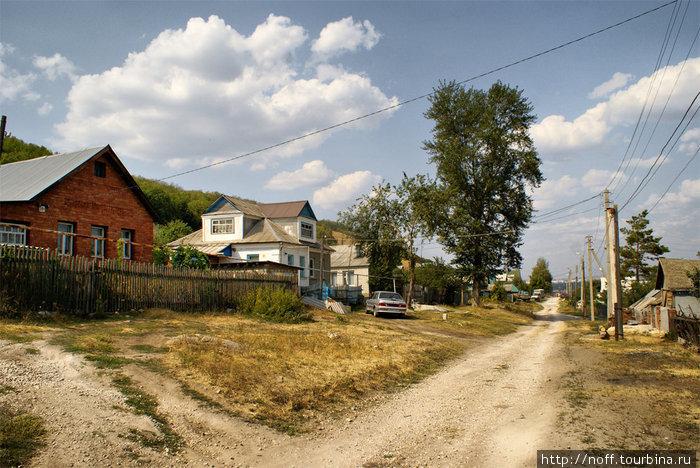 Идём по частному сектору. Обратите внимание на белый домик. Таких встретилось несколько одинаковых. Что то типовое видимо, годов из 1950-60-х.