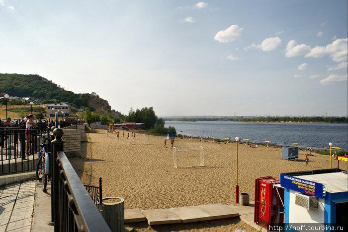 Широкий пляж, а на другой стороне виднеется город Тольятти.