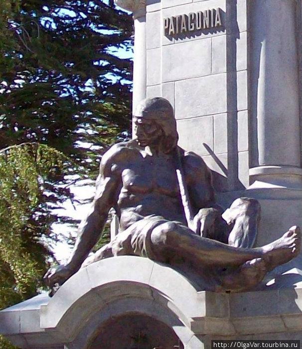 Удрученный, но не сломленный индеец на памятнике Магеллану
