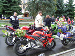 Фото мотоциклист с цветами