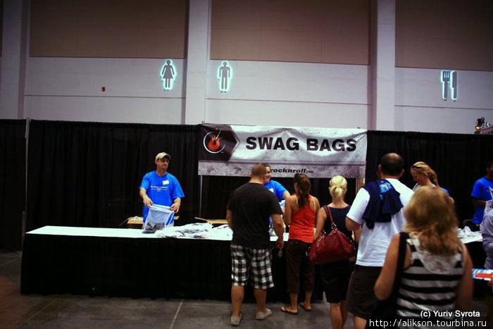 Это раздают мешки с очень нужной рекламой и прочей ерундой;) Называется Swag bag.