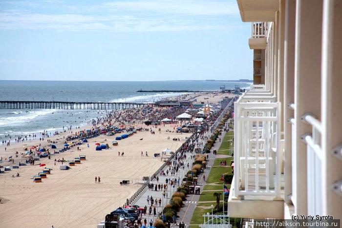 Вид с нашего балкона на финишную линию. Виден пляж, набережная и толпа участников-болельщиков.
