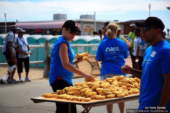 За финишной линией. Добровольные помошники раздают бананы.