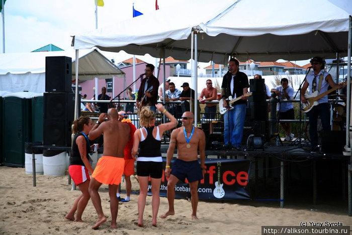 Это концерт на пляже. У парней еще осталась энергия на танцы;)