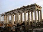 Недостроенные здания напоминую руины древних греческих городов.