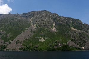 На горе на одном из берегов выложен будда