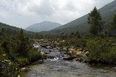 В озеро с гор стекают ручьи
