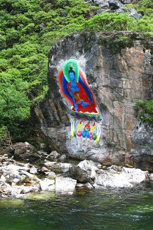 А на берегах ручьёв выбиты и разукрашены будды. Грин Тара.