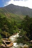 Из озера тоже вытекает ручей и стекает вниз, в долину