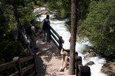 Вдоль всего ручья до выхода из природного парка для туристов проложен настил из досок
