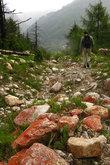 Спуск вниз по руслу ручья. Камни окрашены в красный цвет, в них тоже, наверное, высокое содержание чего-то
