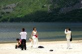 Пока профессиональный фотограф настраивает аппаратуру, невесту фотографирует и сам жених