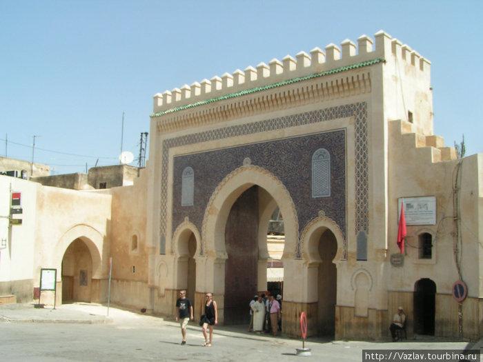 Ворота во всей красе. Под центральной аркой видна группа самозваных гидов