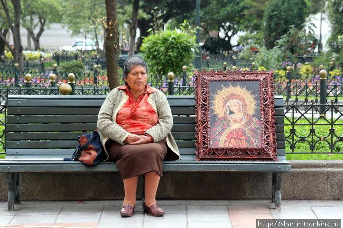 Женщина на скамейке у входа в собор