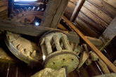 Нас пустили внутрь мельницы, которой почти сто лет. Все механизмы деревянные.