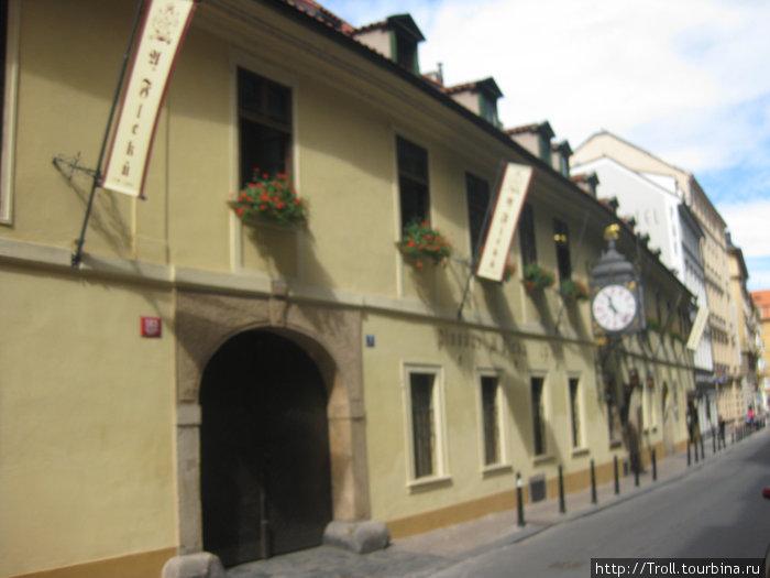 Фасад здания. Ближайший вход — южный, в пивоварню, для посетителей паба предназначен дальний, под часами