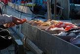 Люди покупают рыбу.