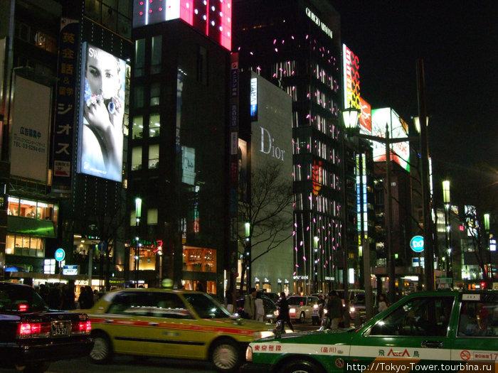 На фотографии видно, как много такси в городе ( я насчитала шеть машин такси)    Гинза, Токио