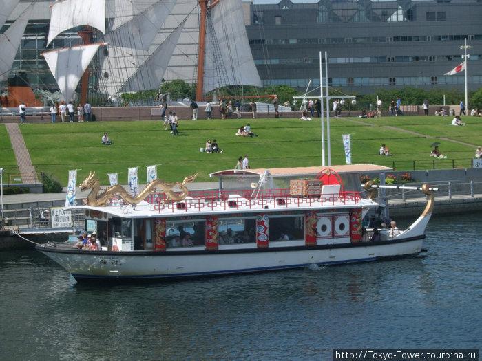 судно для передвижения по каналам, часто на борту есть ресторан  Йокогама, Япония