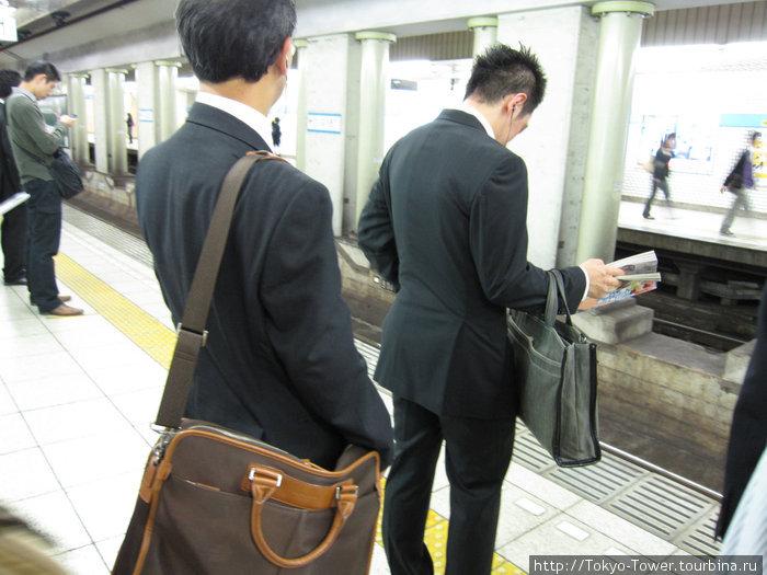 Ожидание поезда в метро: люди выстраиваються в оккуратные очереди   Куданщита, Токио