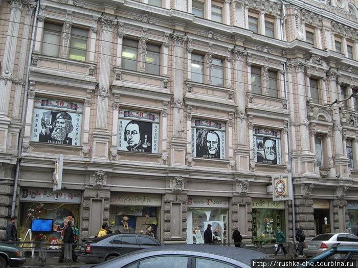 Фасад здания, в котором находится магазин.
