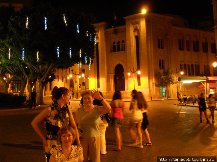 Даун-Таун.Бейрут по-новогоднему наряден, гирлянды на деревьях, огни, подсветки : мусульмане празднуют Рамадан