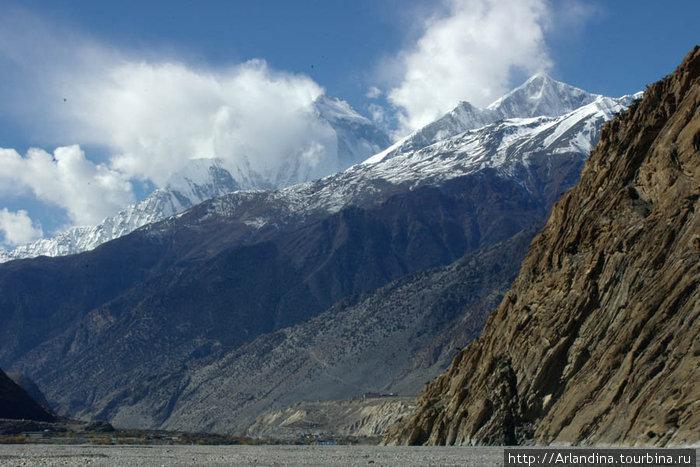 Долина реки Кали Гандаки. Вдали видет джонсом.
