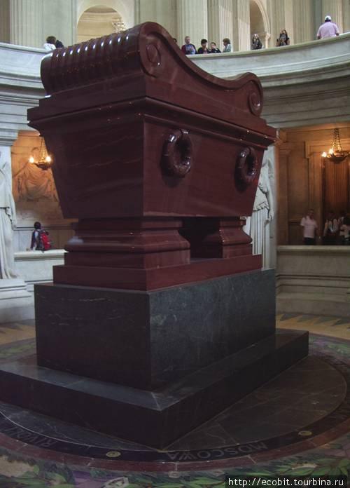 Могила Наполеона Бонапарта. Именно тот камень, близ месторождения которого за год до Парижа автор вкушал вепсские калитки с чаем. Парадокс: могила агрессора из камня непокоренной им страны.