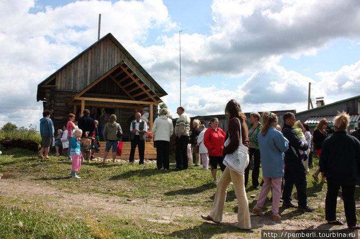 вот так выглядит местная церковь, построенная силами жителей