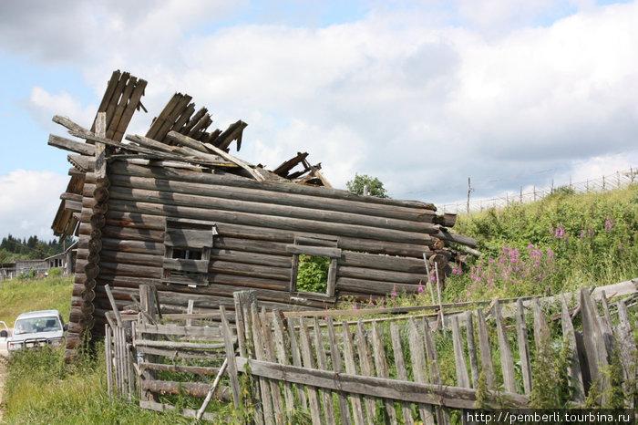 Есть в деревне и дома-развалюшки, но как-же живописно все это выглядит.
