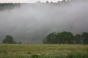 наступает вечер, появляется туман