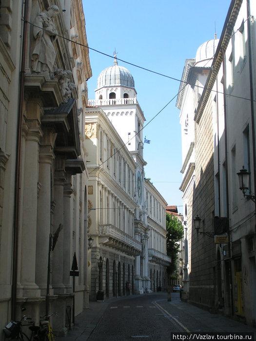 Боковой вид на дворец