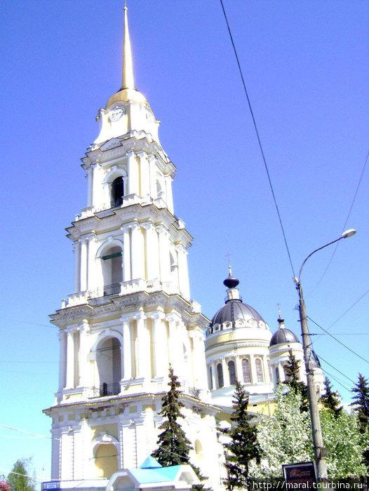 Величественная соборная колокольня намного старше (это редкий случай в практике возведения православных храмов) самого собора, который был построен и освящен в 1851 году