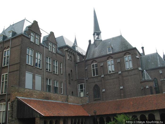 Утрехт Великолепный первым делом предъявил нам монастырь св. Марии 11-го века.